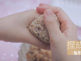 一周7天不重样的藜麦吃法「厨娘物语」,在300g米饭中加入2勺藜麦、15g香松、一罐金枪鱼搅拌均匀后捏成三角形。
