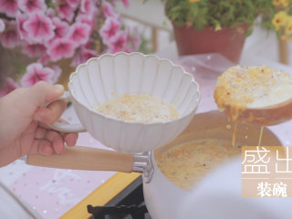 一周7天不重样的藜麦吃法「厨娘物语」,然后在小奶锅内倒入300ml牛奶、30g麦片,20g藜麦、100g南瓜泥、15g白砂糖,大火煮至沸腾后搅拌均匀,盛出装碗。