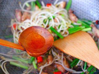 海兔绿豆芽小炒,这个时候烹上米醋,这样做出来的海兔绿豆芽小炒,脆爽不油腻。