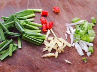 海兔绿豆芽小炒,用刀把葱切碎 姜切丝,小米椒切丁,韭菜切段。