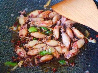 海兔绿豆芽小炒,加入浸泡后洗净的海兔,大火继续翻炒至所有食材均匀混合。