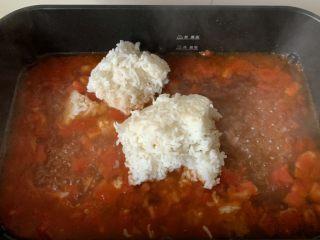 番茄浓汤烩饭,倒入米饭