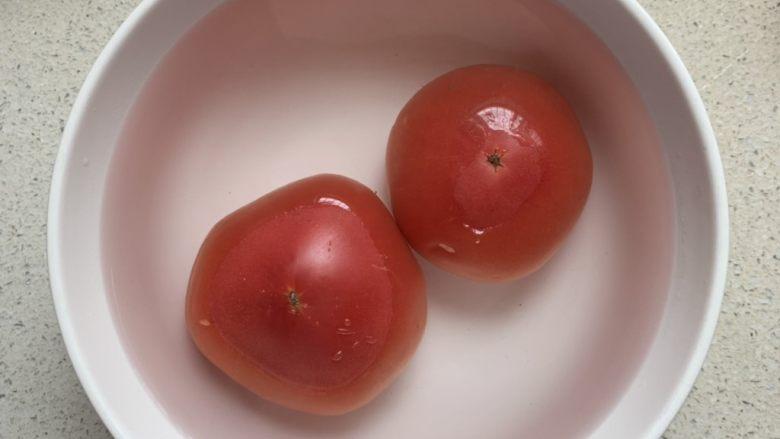 番茄浓汤烩饭,<a style='color:red;display:inline-block;' href='/shicai/ 59'>番茄</a>拿开水烫一下