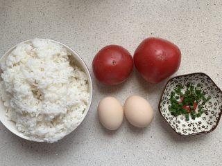 番茄浓汤烩饭,把食材备好