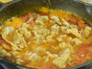 面前摆着这碗汤,确定不多添一碗饭吗,加入肥牛拌匀。