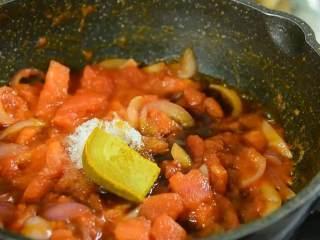 面前摆着这碗汤,确定不多添一碗饭吗,加入盐、糖、生抽、咖喱块,倒入足量水烧开转中小火煮10分钟。