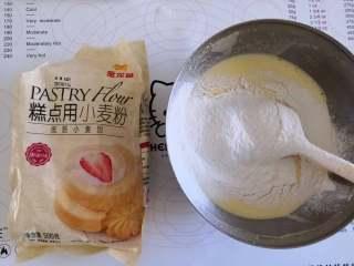 海洋芭比蛋糕,筛入金龙鱼低筋面粉,翻拌均匀成蛋黄糊备用