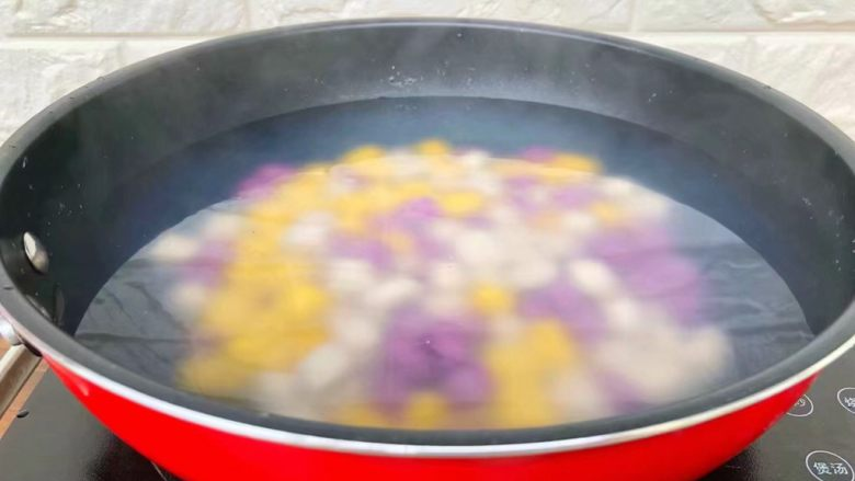 手工芋圆,锅里放入适量水烧开,把芋圆放入煮至浮起来,捞到凉水里过凉。