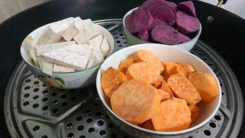 手工芋圆,首先把红薯、紫薯、香芋切成小块,放在蒸锅蒸熟,蒸熟取出,用勺子捣成泥待用。
