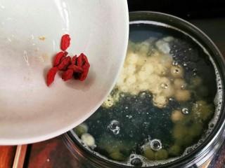 喝一碗抵过敷十张面膜,养颜美容的平价燕窝,枸杞,再煮个10分钟就可以喝啦!