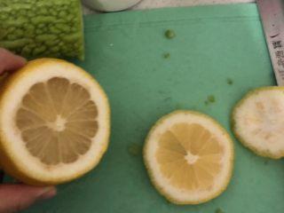 夏日清肠饮品,<a style='color:red;display:inline-block;' href='/shicai/ 595/'>柠檬</a>防止榨汁边苦,要把柠檬的皮🍋还有籽去掉