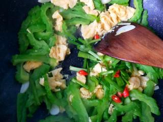 苦瓜炒蛋,放香葱,小米椒。