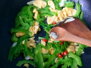 苦瓜炒蛋,放胡椒粉,鸡精。