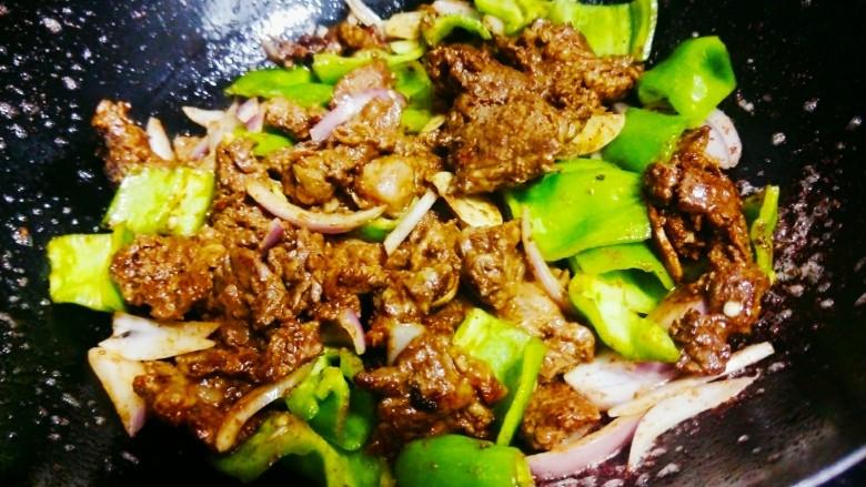 洋葱牛肉,加入辣椒和洋葱,蒜,盐以及少量水翻炒,