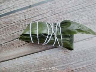 红糖红豆蜜枣粽,把粽子盖上,用大拇指按住,包好后用绳捆起来