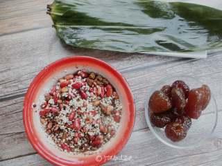 红糖红豆蜜枣粽,把糯米、红豆、扁豆、赤豆、花生浸泡一夜加入100克红糖搅拌均匀