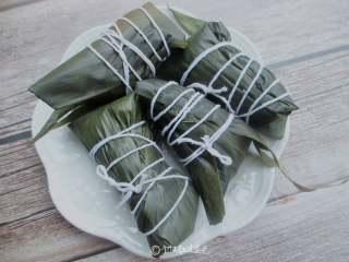 红糖红豆蜜枣粽,依次包好所有的粽子