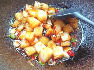 炒豌豆凉粉,在加入少许耗油翻炒片刻