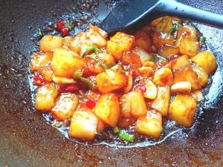 炒豌豆凉粉,翻炒入味,关火装盘