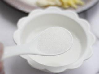 家常小炒——锅包肉,用汤匙称量出米醋和糖,混合拌均匀