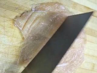 自制炸鸡排,对半切开用刀背轻轻拍打方便入味