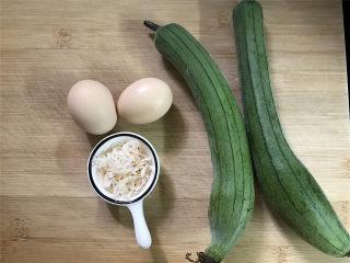 虾皮鸡蛋丝瓜,准备好材料,丝瓜2条,虾皮1小把,鸡蛋2个。