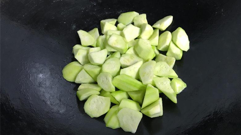 虾皮鸡蛋丝瓜,锅中再倒适量油,把切好的丝瓜放入锅中煸炒至变色。