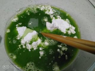 烙黄瓜凉皮,倒入黄瓜汁。