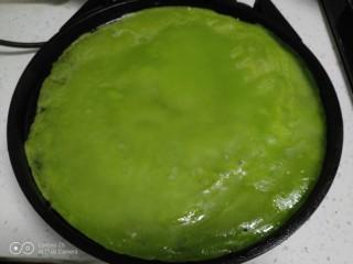 烙黄瓜凉皮,倒入电饼铛烙1分钟。