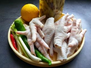 柠檬泡椒凤爪,准备食材,小米椒,杭椒,柠檬,泡椒,凤爪。