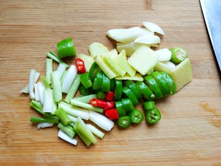 柠檬泡椒凤爪,生姜,大蒜切片,小米椒 杭椒切圈,香葱切段。