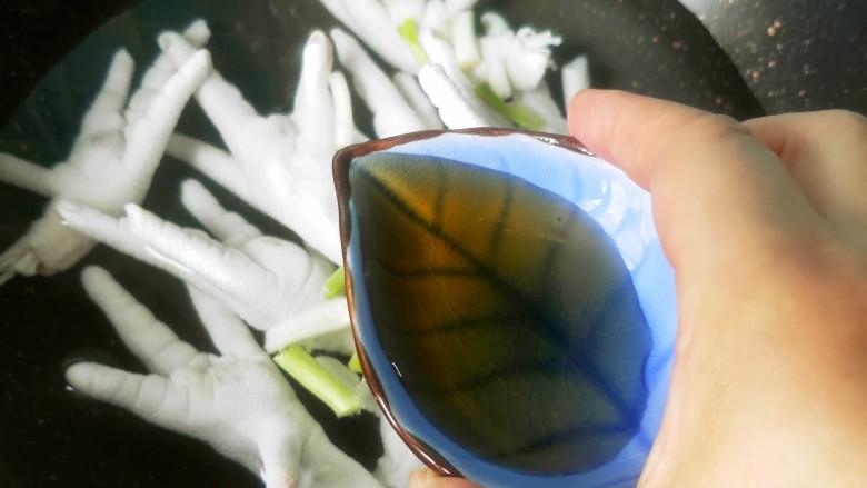 柠檬泡椒凤爪,放<a style='color:red;display:inline-block;' href='/shicai/ 718'>料酒</a>去腥。