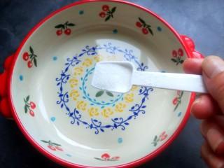 柠檬泡椒凤爪,适量的盐。