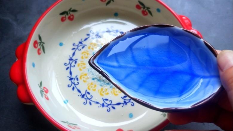 柠檬泡椒凤爪,三勺<a style='color:red;display:inline-block;' href='/shicai/ 715'>白醋</a>。