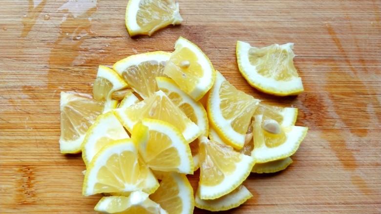 柠檬泡椒凤爪,柠檬切片。