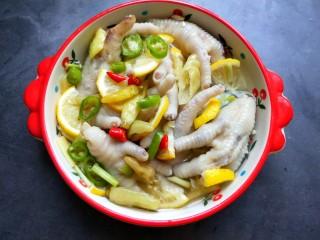 柠檬泡椒凤爪,放入柠檬片,倒一点凉白开,放冰箱冷藏4小时入味。