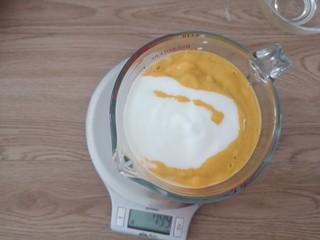 芒果香蕉奶昔,把打好的奶昔放到一个容器,加入100g酸奶,混合均匀