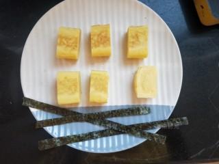日式玉子烧,然后把玉子烧切段。寿司海苔剪几个长条,