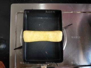 日式玉子烧,直到所有蛋液都用完,鸡蛋卷成一个圆柱型,然后再烙一下,表面有轻微的焦斑。