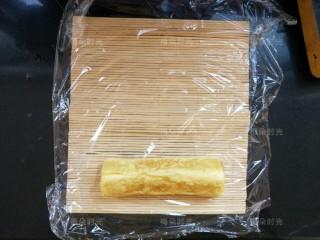 日式玉子烧,用寿司帘卷起来,整整型。整成长方体。