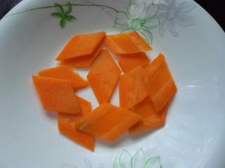 鱼香荷包蛋,胡萝卜切成菱形的片备用