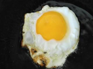 鱼香荷包蛋,锅内放油烧热,放入一个鸡蛋