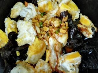 鱼香荷包蛋,倒入鱼香味的酱汁