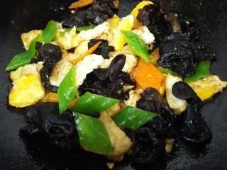 鱼香荷包蛋,翻炒均匀入味后放入青椒炒至断生即可出锅