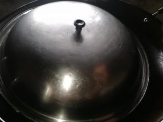 姜糖炒鸡翅,盖上盖锅