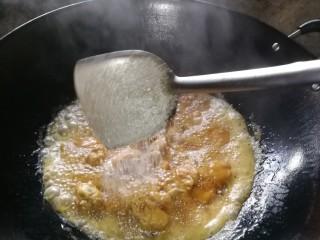 姜糖炒鸡翅,下糖,喜欢吃甜的可以多下点糖。