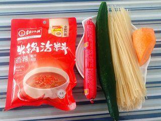凉拌米粉,准备原材料米粉、黄瓜、香肠、胡萝卜、火锅调料备用