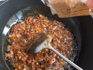 自制香菇酱,翻炒均匀后加入十三香