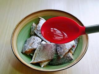 红烧带鱼,加入料酒,适当多些,去腥。