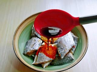 红烧带鱼,加入生抽。